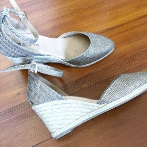 Shoes - Shiny gold wedges